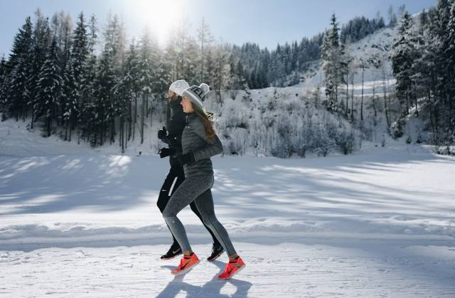 Jogger im Winter in Leogang