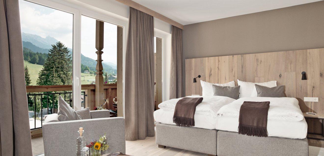ein zimmer f r ihren urlaub in sterreich naturhotel forsthofgut. Black Bedroom Furniture Sets. Home Design Ideas